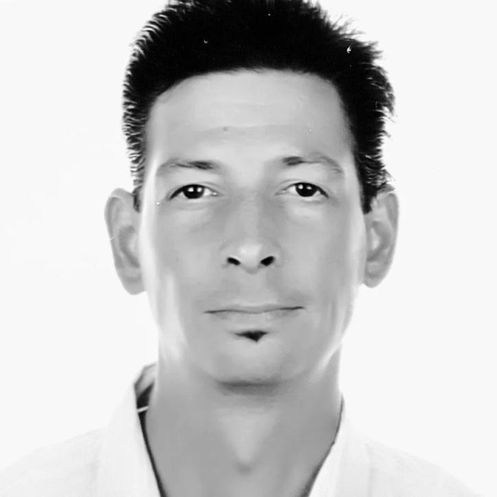 Man met sikje op witte achtergrond zwart wit