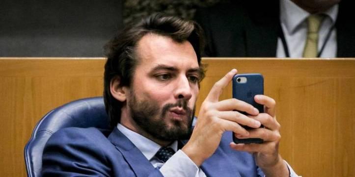 baudet kijkt op zijn mobieltje peilingen